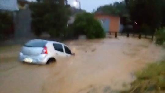 Chuva provoca duas mortes e estragos em cidades de SC; vídeo mostra carro sendo levado