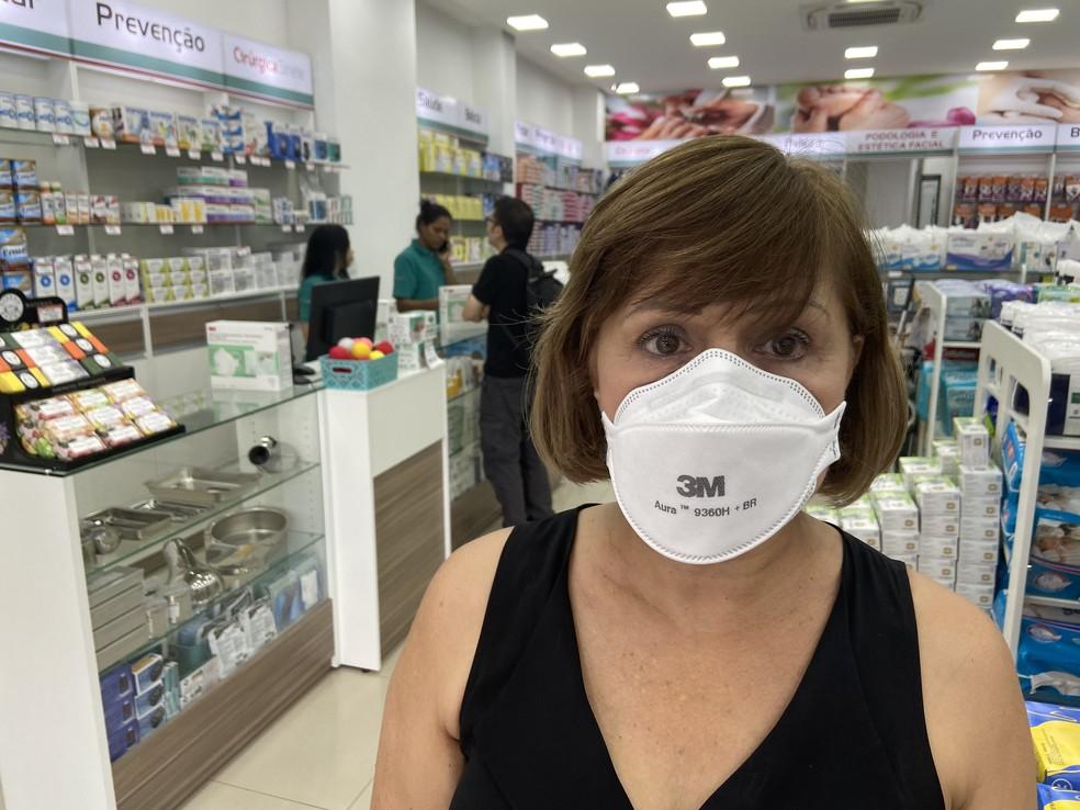 Fátima Câmara, supervisora de uma rede de lojas de produtos cirúrgicos, mostra máscara que está sendo vendida  — Foto: Patrícia Figueiredo/G1
