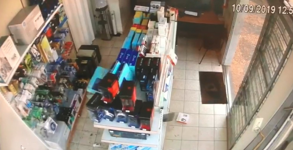 Mercadorias da loja caíram com o impacto da colisão em Jales   — Foto: Reprodução/Câmera de segurança