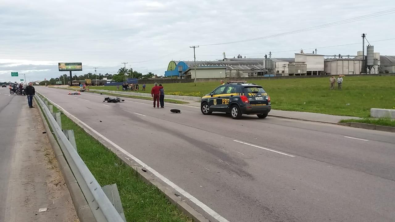 Dois motociclistas morrem em acidente na BR-116 em Pelotas - Radio Evangelho Gospel