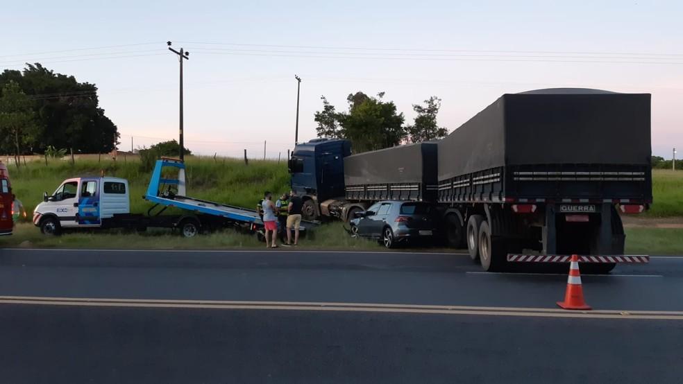 Carro atinge lateral de carreta bitrem em rodovia de Iacri — Foto: Arquivo pessoal