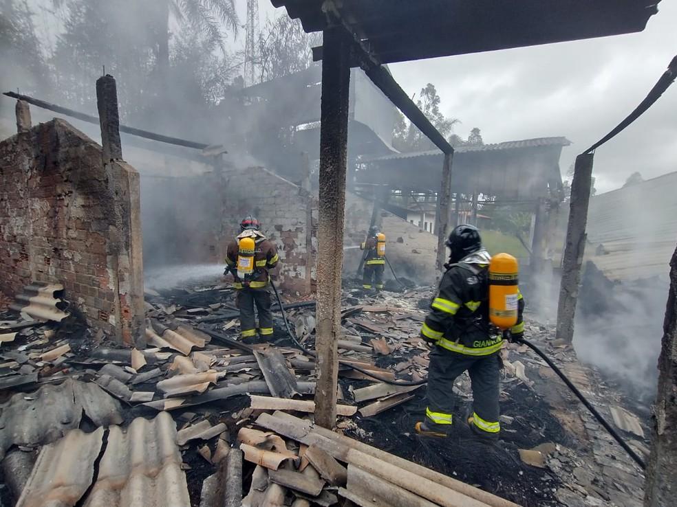 Bombeiros controlaram as chamas em barracão em Itainga — Foto: Corpo de Bombeiros/Divulgação