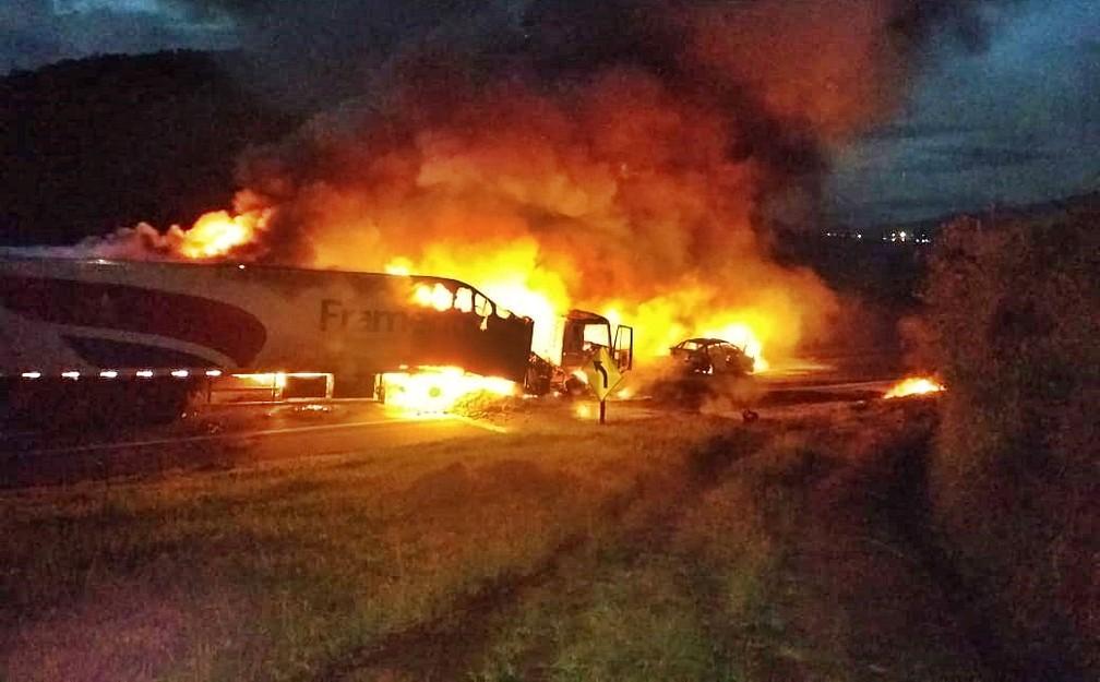 Acidente entre cinco veículos provocou incêndio na Fernão Dias — Foto: Reprodução/Redes Sociais