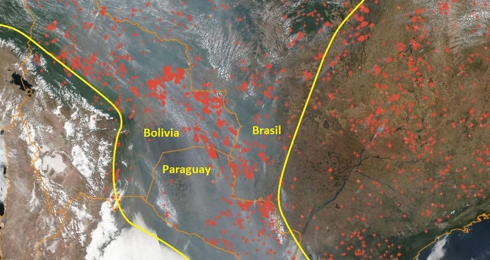 Imagem de satélite desta quarta-feira (19) mostra fumaça encobrindo parte da Bolívia, Paraguai e Mato Grosso do Sul. — Foto: Reprodução/Inpe