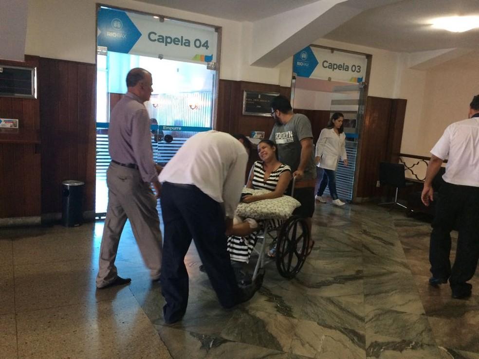 Niedja da Silva Araújo chega ao cemitério para o enterro da filha, morta no atropelamento em Copacabana (Foto: Alba Valéria Mendonça/G1)