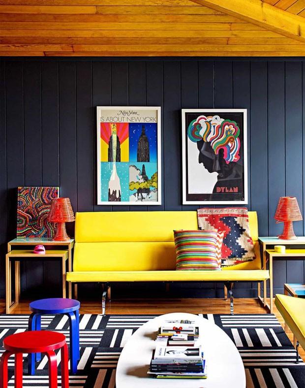 Décor do dia: Sala de estar colorida com sofá amarelo (Foto: Trevor Tondro para The New York Times)