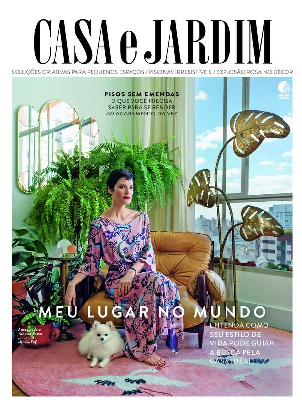 A maquiadora Vanessa Rozan está na sala de seu apartamento, em São Paulo (Foto: Christian Maldonado / Produção de Bruna Pereira)