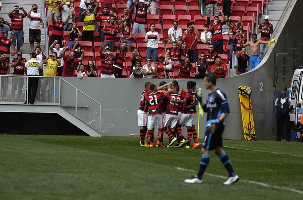 Time do Flamengo durante jogo no Mané Garrincha — Foto: Gilvan de Souza / Flamengo
