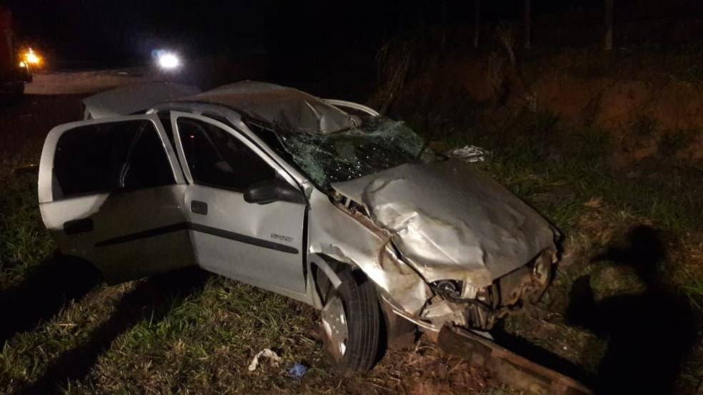 Dois jovens que estavam no carro se feriram e estão internados (Foto: Corpo de Bombeiros / Divulgação )