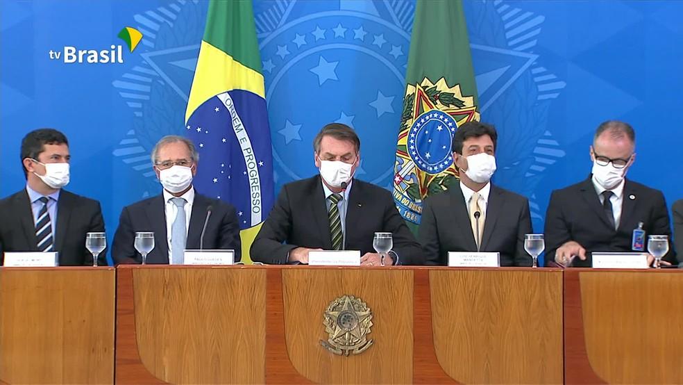 Bolsonaro, Mandetta, Guedes e Moro usam máscara em coletiva no Planalto sobre o coronavírus — Foto: Reprodução/GloboNews