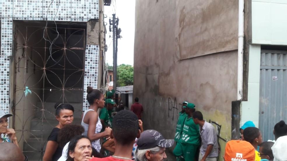 Imóvel que desabou é acessado por um beco no bairro de Pituaçu (Foto: Alan Oliveira/G1)