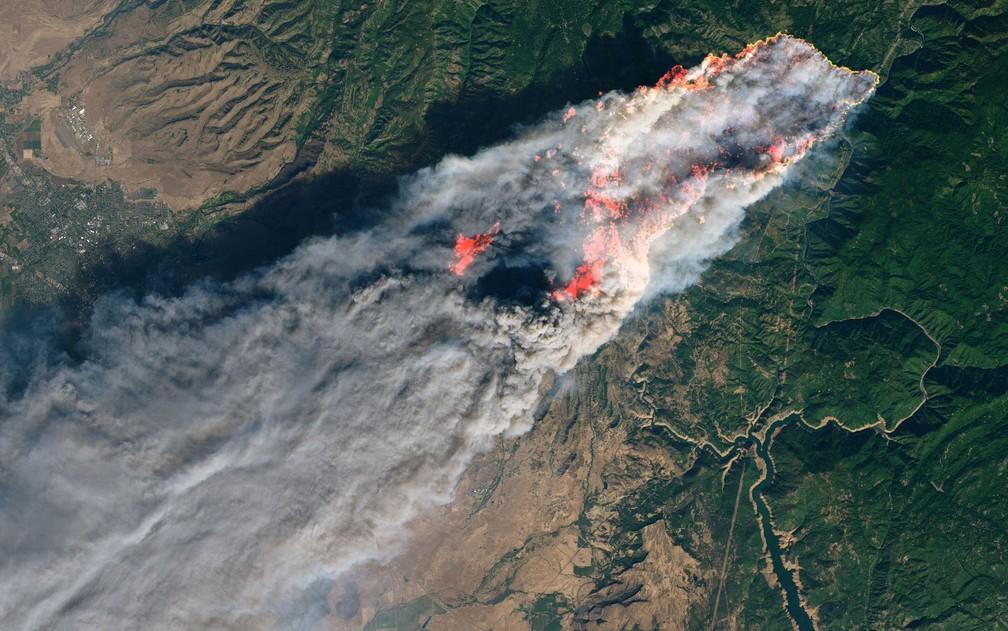 Imagem de satélite do Camp Fire, um dos incêndios que atinge a Califórnia — Foto: NASA