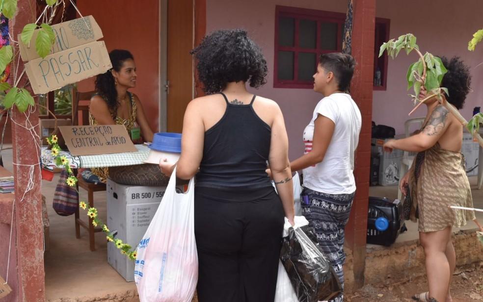 Pessoas levam donativos à central dos voluntários da Chapada dos Veadeiros (Foto: Vitor Santana/ G1)