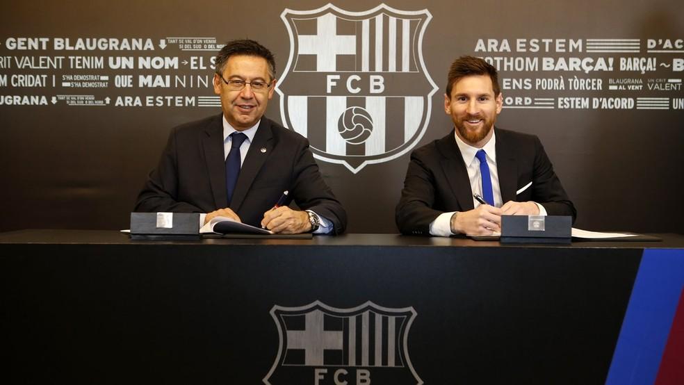 Messi, ao lado do presidente do Barcelona, Josep Maria Bartomeu, no momento da assinatura do novo contrato, em novembro de 2017 (Foto: Divulgação / Barcelona)