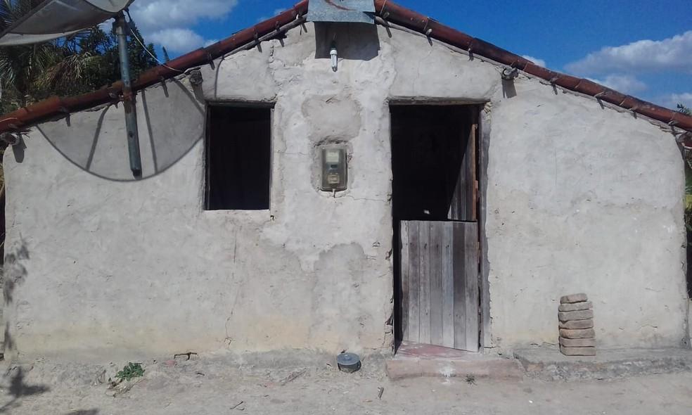 A casa em que Rita mora com a família tem cinco cômodos pequenos — Foto: Jacimere Carvalho da Silva/Arquivo pessoal