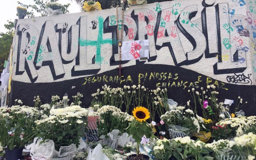 Flores em homenagem às vítimas do massacre na Escola Estadual Professor Raul Brasil, em Suzano — Foto: Glauco Araújo/G1