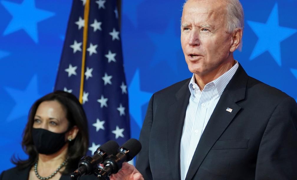 O candidato democrata Joe Biden faz uma declaração sobre a apuração dos resultados da eleição americana ao lado da vice Kamala Harris em Wilmington, Delaware, nesta quinta-feira (5) — Foto: Kevin Lamarque/Reuters