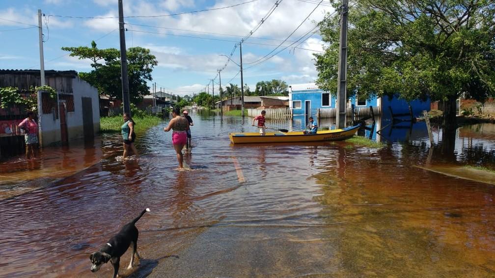 Chuva alagou bairros de Guaratuba  — Foto: Roberto Cosme/RPC