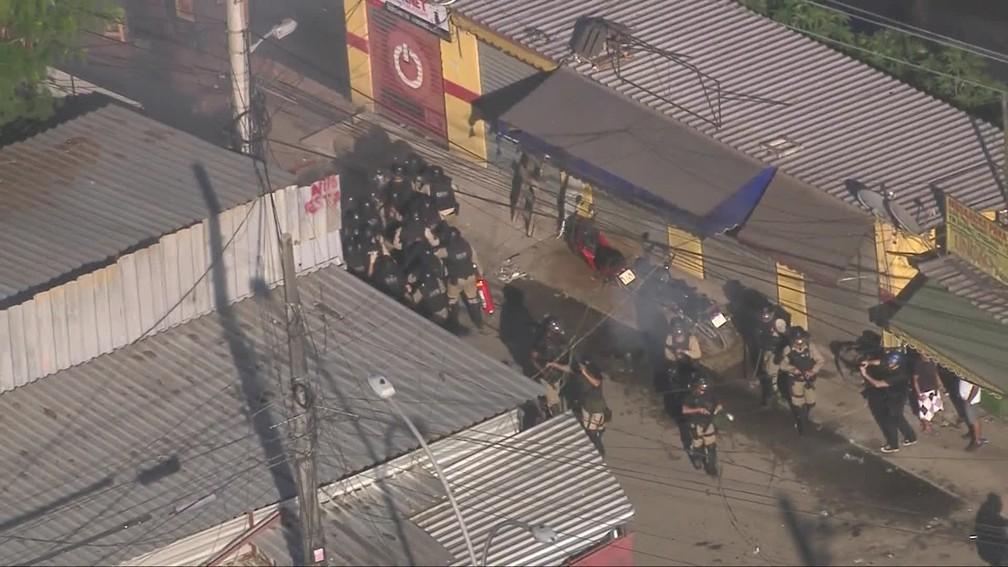 Agentes disparam balas de borracha em confronto com moradores de Rio das Pedras, na Zona Oeste do Rio — Foto: Reprodução/ TV Globo