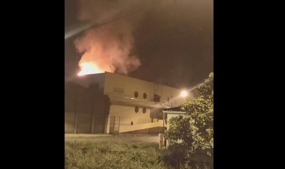 Incêndio atinge escola na cidade de Coaraci, no sul da Bahia — Foto: Redes Sociais