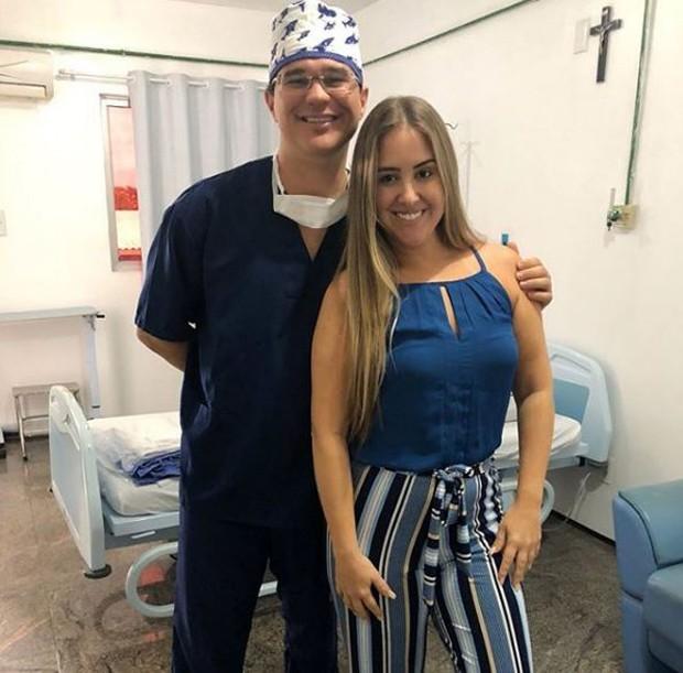 Patrícia Leitte posando com médico  (Foto: Reprodução/Instagram)