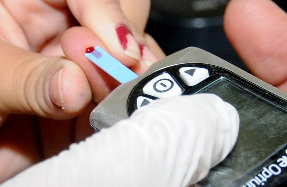 Teste simples, que mostra a taxa de glicemia no sangue, auxília no diagnóstico da diabetes (Foto: Adilson dos Santos/Ascom Quissamã)