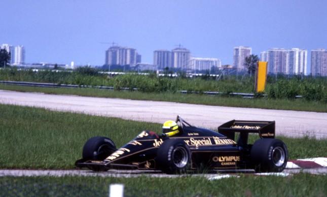 Senna pela Lotus, com o modelo 97T, da Renault e logo da John Player Special