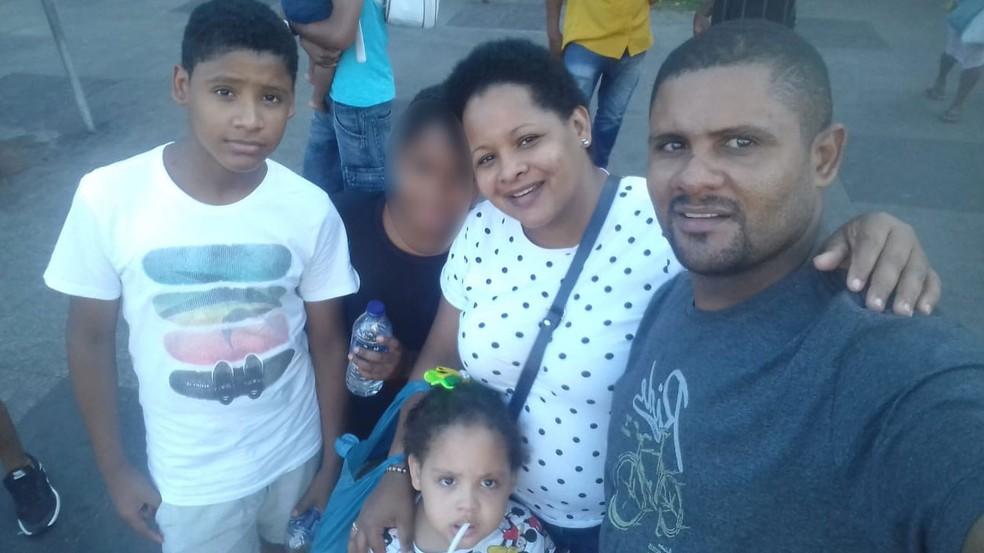 Menino Hilton, à esquerda, morreu na manhã deste sábado (13) no hospital para onde foi socorrido; a irmã dele, Isabele, escapou ilesa; a mãe dele, Maria Nazaré, e o pai, Hiltonberto, foram retirados dos escombros já sem vida. — Foto: Arquivo Pessoal