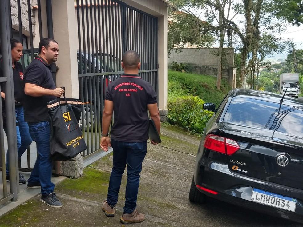 MP faz buscas na casa de Ana e Guilherme Hudson, ex-assessores de Flávio Bolsonaro, em Resende (RJ) — Foto: Giovani Rossini/TV Rio Sul