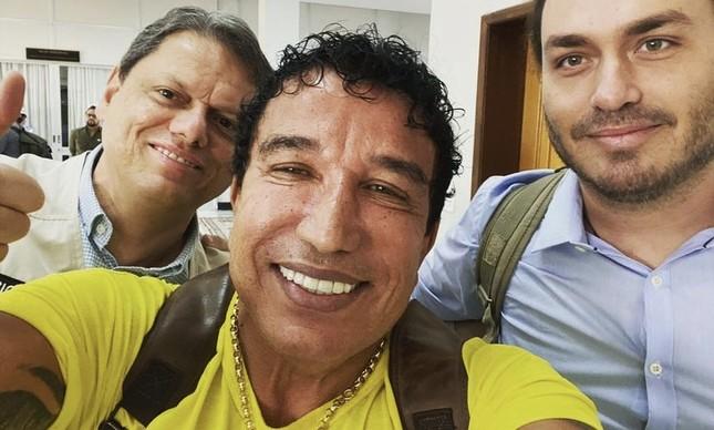 O ministro Tarcísio de Freitas, o ex-senador Magno Malta e o vereador Carlos Bolsonaro em viagem do presidente Jair Bolsonaro no Espírito Santo