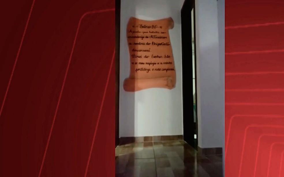 Versículo encontrado próximo aos quartos do imóvel (Foto: Divulgação / SSP-BA)