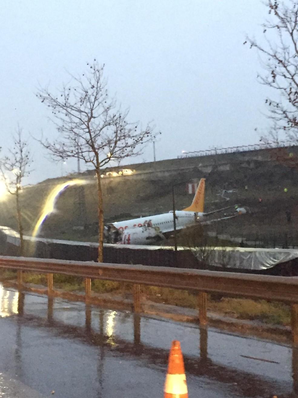 Avião da companhia Pegasus se acidentou logo após pousar em Istambul — Foto: Demir/AFP