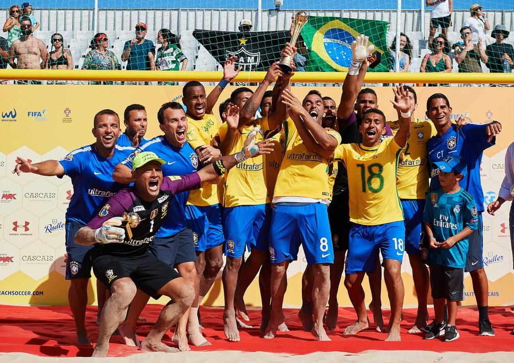 Seleção brasileira comemora título do Mundialito sobre Portugal, em cascais (Foto: Lea Well / BSWW)