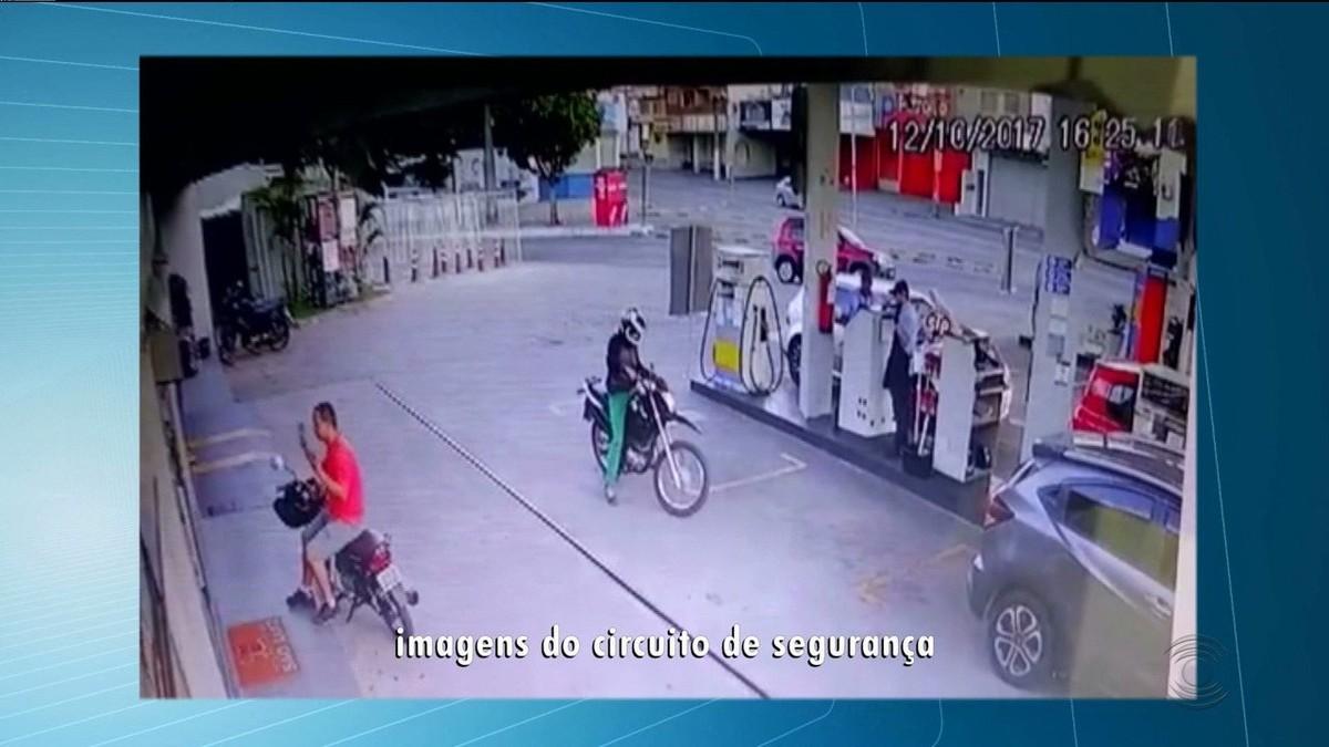 Em vídeo, dupla rouba dinheiro e cervejas em posto de combustíveis na Paraíba