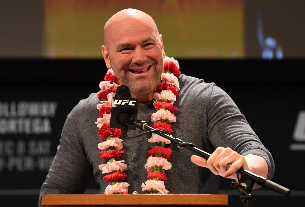 Dana White com o colar de flores dado por Max Holloway na coletiva do UFC 231 — Foto: Getty Images