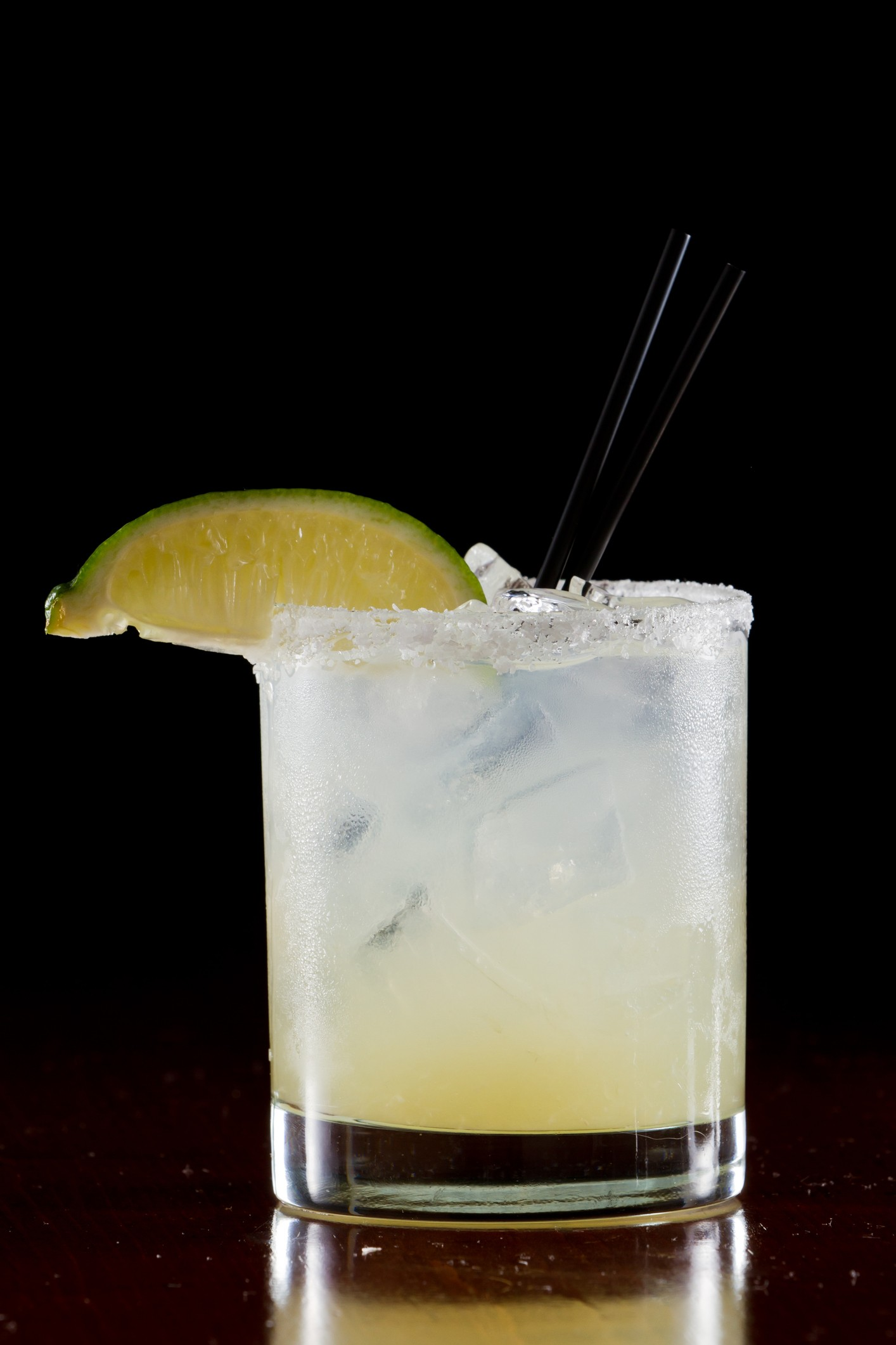 fresh lime juice margarita served on the rocks in a dark restaurant (Foto: Getty Images/iStockphoto)