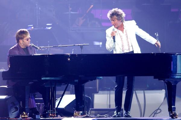Elton John e Rod Stewart juntos em um show de 2002 (Foto: Getty Images)
