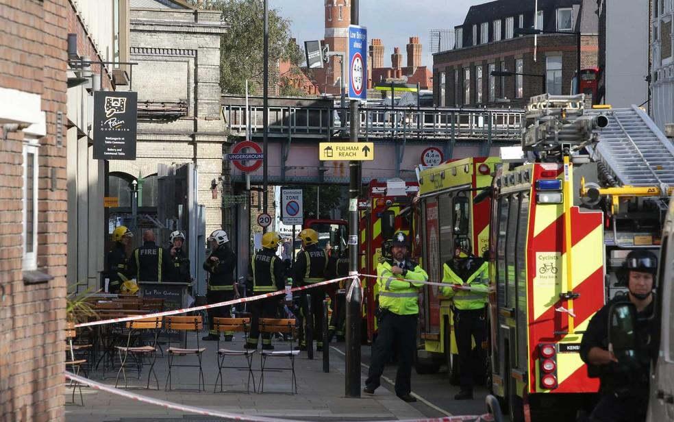 Serviços de emergência trabalham perto da estação de metrô Parsons Green (Foto: Daniel Leal Olivas / AFP Photo)