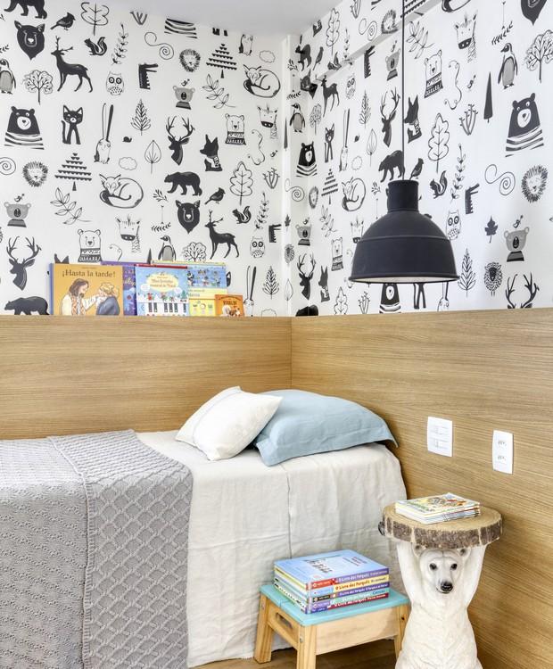 Graças ao papel de parede divertido, o quarto infantil ganhou um toque de modernidade (Foto: Denilson Machado/MCA Estúdio/Produção: Aldi Flosi)