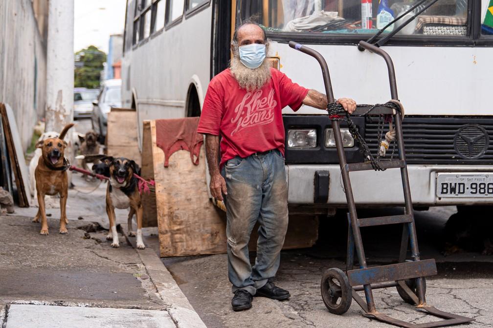 João Andrade Correia divide seu ônibus com dez cachorros que adotou na zona leste de São Paulo — Foto: Marcelo Brandt/G1