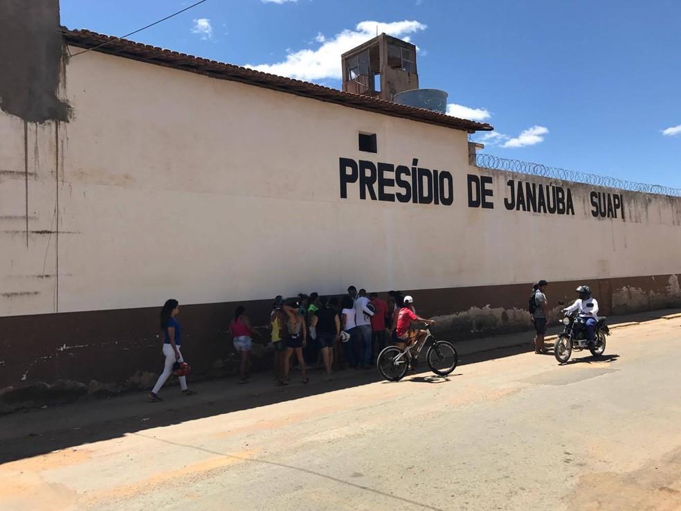 Segundo a PM, homens pularam muro do presídio de Janaúba — Foto: Polícia Militar/Divulgação