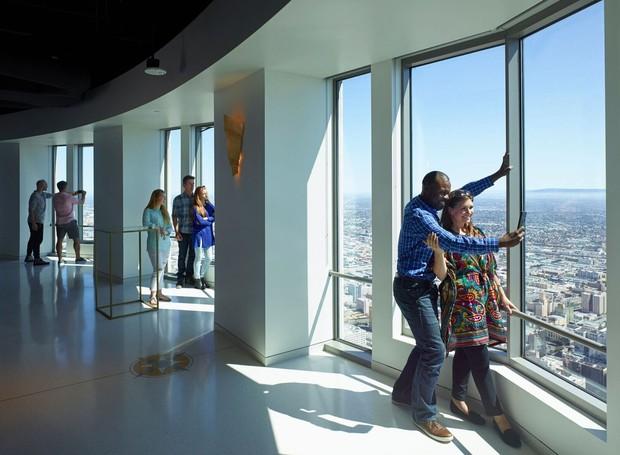MIRANTE | O 54º andar da US. Bank Tower oferece uma vista 360°  (Foto: OUE Skyspace LA/ Reprodução)