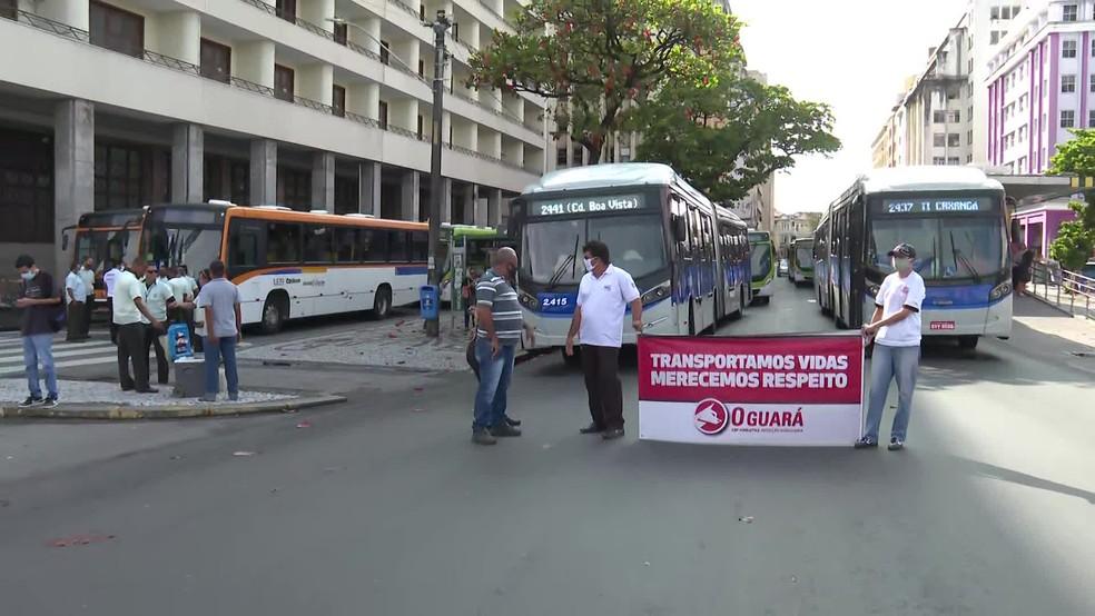 Motoristas estacionaram ônibus na Avenida Guararapes, na região central do Recife, em protesto, nesta segunda-feira (28) — Foto: Reprodução/TV Globo