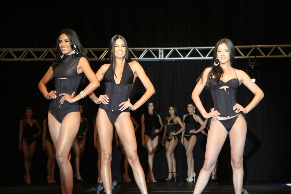 Mayra (centro) desfila com outras candidatas (Foto: Rickardo Marques/G1 AM)