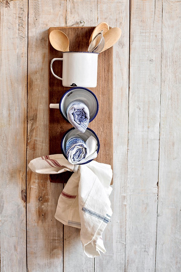 Canecas de ágata são graciosas por si só. Parafusadas em uma tábua de madeira, dão um toque de interior para a decoração e funcionam como um porta-trecos muito simpático (Foto: Elisa Correa / Editora Globo)