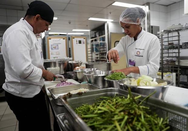 Gastromotiva em ação. Grupo usará produtos dispensados para alimentar os 750 líderes regionais que participam do Fórum Econômico Mundial para a América Latina (Foto: EFE)