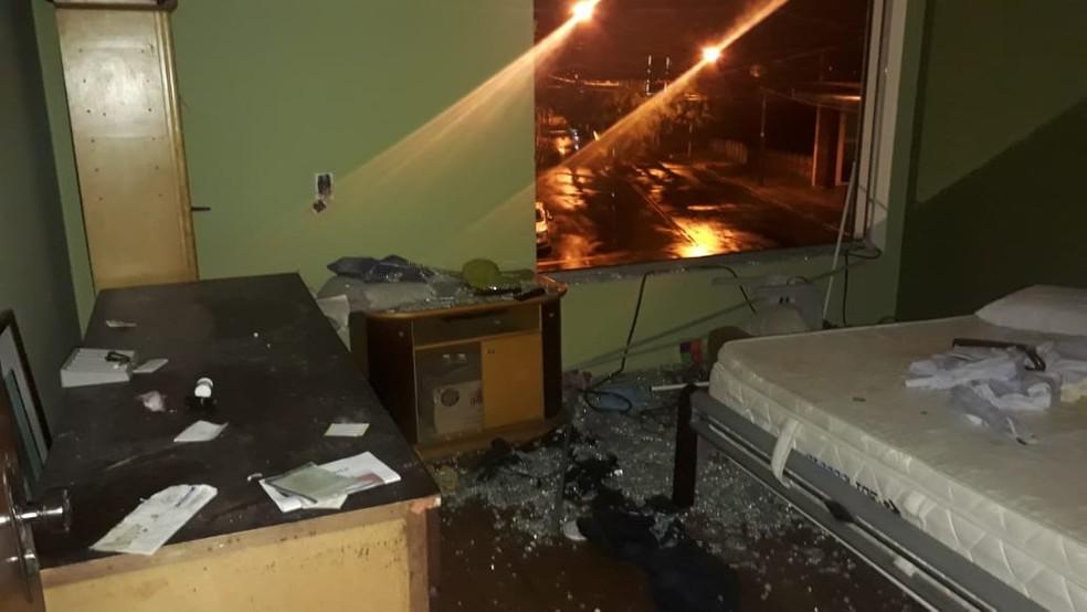 Mulher que quebrou móveis em esfiharia de Tietê ameaçou policiais com uma faca — Foto: Arquivo Pessoal