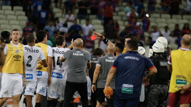 Confusão no fim do jogos entre Fortaleza e Santos