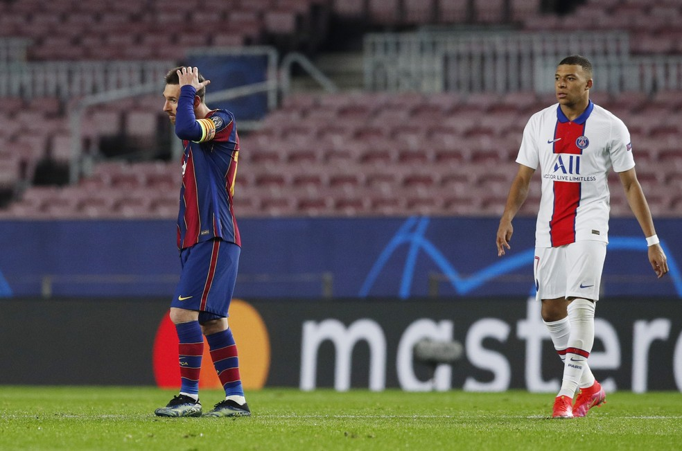 Messi e Mbappé durante Barcelona x PSG — Foto: REUTERS/Albert Gea