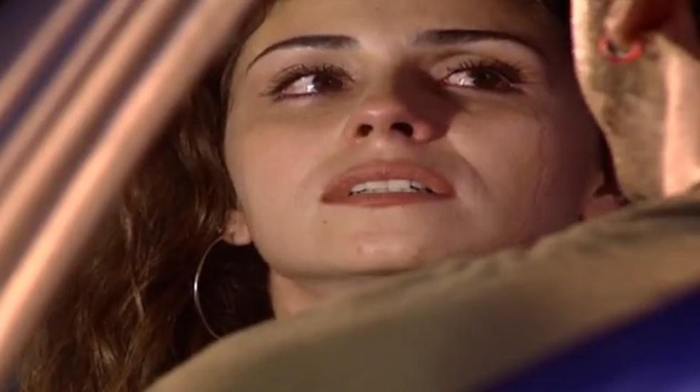 Capitu (Giovanna Antonelli) fica apreensiva quando o pai de seu filho fala o nome de Fred — Foto: Globo